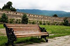 一条长凳在老修道院的围场 免版税库存照片