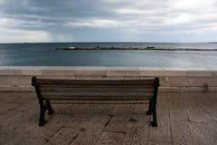 一条长凳有在海的看法 库存照片