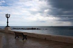 一条长凳有在海的看法 免版税库存图片