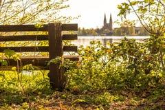 一条长凳本质上与教会的在背景中 库存图片