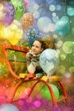一条长凳的十几岁的女孩与气球 免版税库存图片
