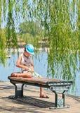 一条长凳的在北海公园,北京,中国男孩 库存照片