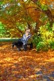 一条长凳的女孩在公园 图库摄影