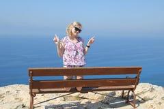 一条长凳的女孩在格雷科的海角 免版税库存图片