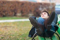 一条长凳的轻松的人在公园 免版税库存照片