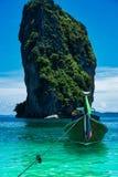 一条长尾巴小船停住在Po香田海滩 库存照片