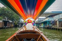 一条长尾巴小船的内部看法有正面图航行的在亚伊运河或Khlong轰隆Luang旅游胜地 库存图片