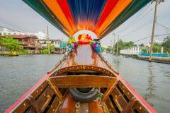 一条长尾巴小船的内部看法有正面图航行的在亚伊运河或Khlong轰隆Luang旅游胜地 免版税库存图片