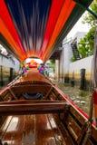 一条长尾巴小船的内部看法有正面图航行的在亚伊运河或Khlong轰隆Luang旅游胜地 免版税库存照片
