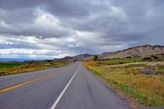一条长的空的路 免版税库存照片