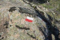 一条长途走的路线的白色和红旗 免版税库存照片