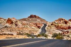 一条风景沙漠路的图片,旅行概念 库存照片