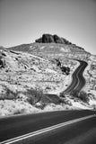 一条风景沙漠路的黑白图片 免版税库存图片
