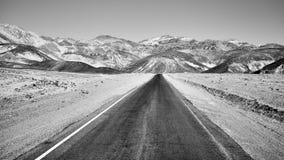 一条风景沙漠路的黑白图片 免版税库存照片