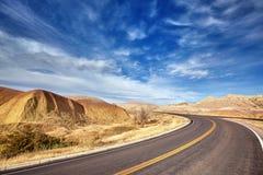 一条风景沙漠高速公路的图片,旅行概念 免版税库存照片