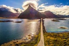 一条风景沿海路的鸟瞰图在Lofoten海岛上的在挪威 免版税库存照片