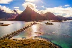 一条风景沿海路的鸟瞰图有一座桥梁的在Lofoten海岛上在挪威 库存照片