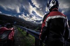 一条风景路的摩托车骑自行车的人 库存图片