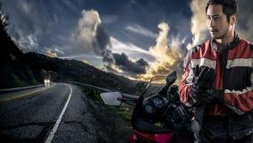 一条风景路的摩托车骑自行车的人 免版税图库摄影