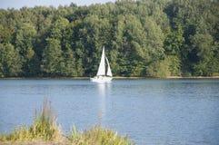 一条风船在Ellertshaeuser湖(Ellertshäuser看见),德国 免版税库存图片