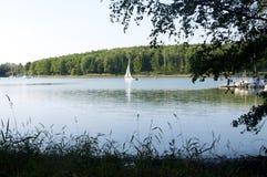 一条风船在Ellertshaeuser湖(Ellertshäuser看见),德国 库存图片