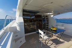 一条马达游艇的在船尾甲板在早晨光的 免版税库存照片