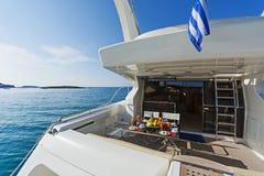 一条马达游艇的在船尾甲板在早晨光的 免版税图库摄影