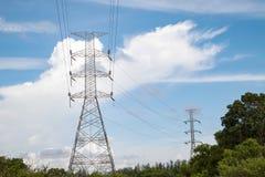 一条高压输电线的定向塔 生产和运输  库存图片