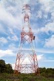 一条高压输电线的定向塔 生产和运输  免版税图库摄影