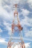 一条高压输电线的定向塔 生产和运输  免版税库存照片