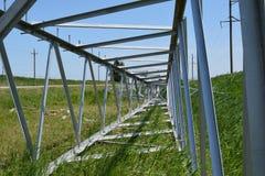 一条高压输电线的建筑 免版税库存图片