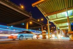 一条高速公路的看法在晚上 库存照片