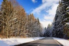 一条高速公路的风景看法在有杉木森林的巴法力亚阿尔卑斯在冬天 库存照片