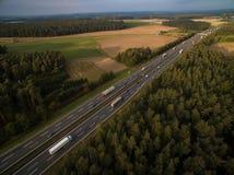 一条高速公路的鸟瞰图在领域中的 免版税图库摄影