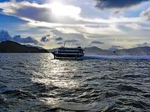 一条高速轮渡在横跨海的晚上乘坐从港岛到澳门 图库摄影