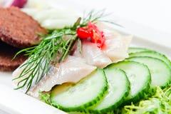 一条鲱鱼的内圆角用黄瓜 免版税库存照片