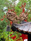 一条龙和响铃在中国塔的屋顶 免版税库存照片