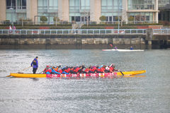 一条龙小船的划船者在温哥华 库存照片