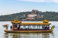 一条龙小船的游人在颐和园 免版税库存图片
