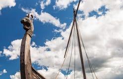 一条龙的头在北欧海盗船Drakkar的前面的 库存照片