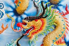 一条龙的雕象在杆的。 免版税图库摄影