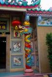 一条龙的雕象在杆的 中国寺庙 库存照片