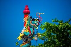 一条龙的雕象在杆的 中国灯笼红色 中国寺庙 免版税图库摄影