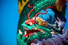 一条龙的雕象在杆的 中国灯笼红色 中国寺庙 免版税库存图片