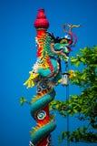 一条龙的雕象在杆的 中国灯笼红色 中国寺庙 图库摄影