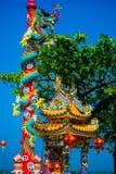 一条龙的雕象在杆的 中国灯笼红色 中国寺庙 免版税库存照片