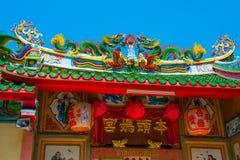 一条龙的雕象在杆的 中国灯笼红色 中国寺庙 库存照片