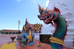 一条龙的雕象在泰国的寺庙的 免版税库存照片