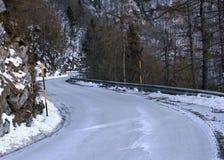 一条冻山路的危险曲线 免版税库存照片