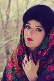 一条黑围巾的俄国贵妇在冬天 库存照片